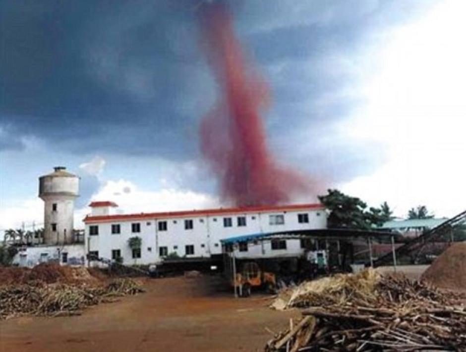 Un tornado de color rojo provocó estragos en China. (Foto: www.dailymail.co.uk/)