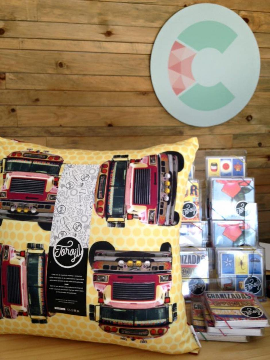 Estos bellos cojines llevan impresas a las coloridas camionetas extraurbanas. (Foto: Torojil)