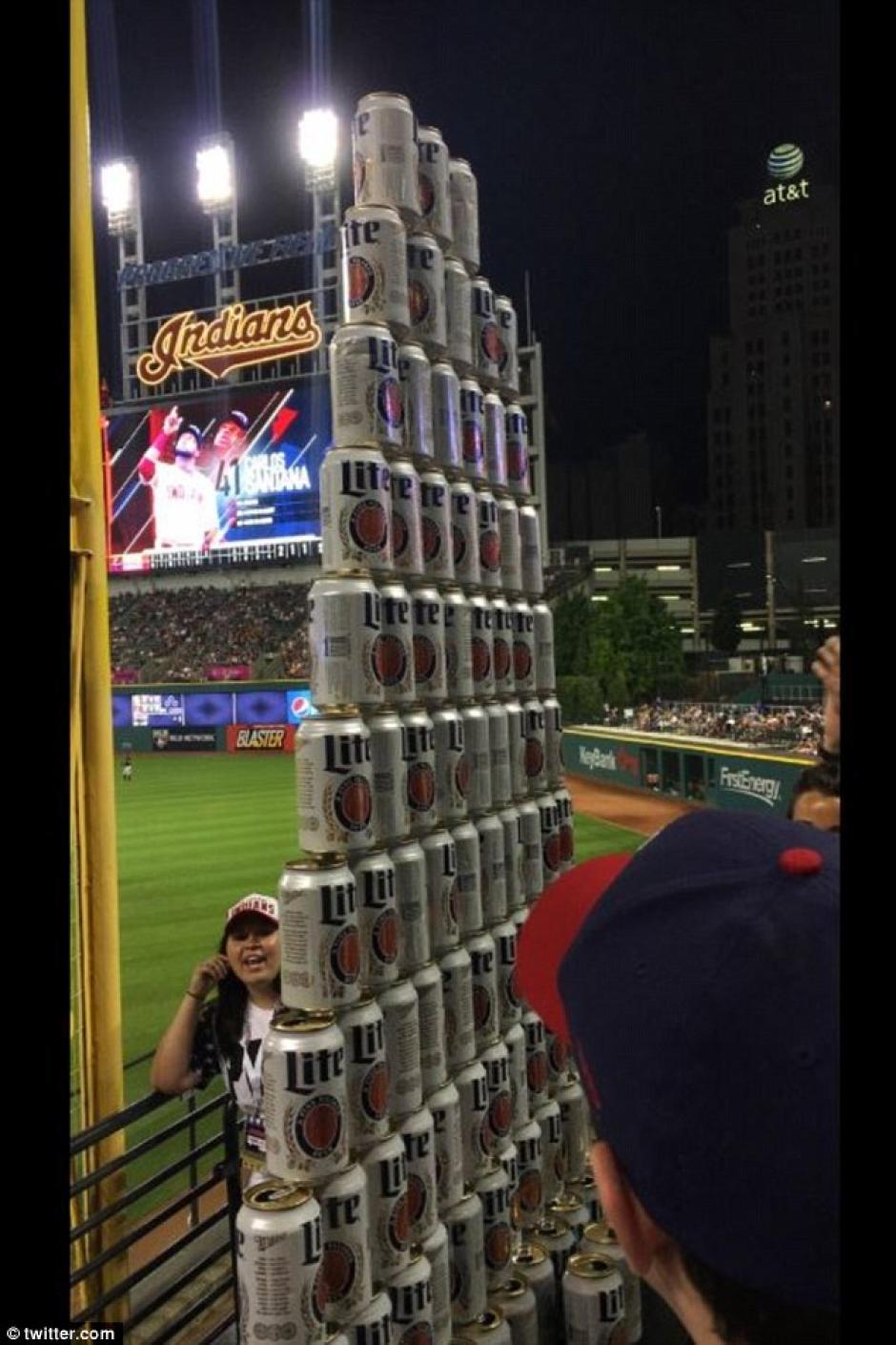 Los fanáticos aprovecharon la promoción de dos dólares por cerveza. (Foto: Daily Mail)