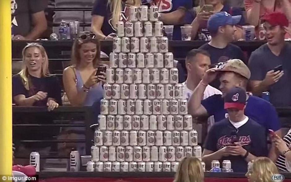 En total, 112 latas fueron utilizadas en la pirámide. (Foto: Daily Mail)