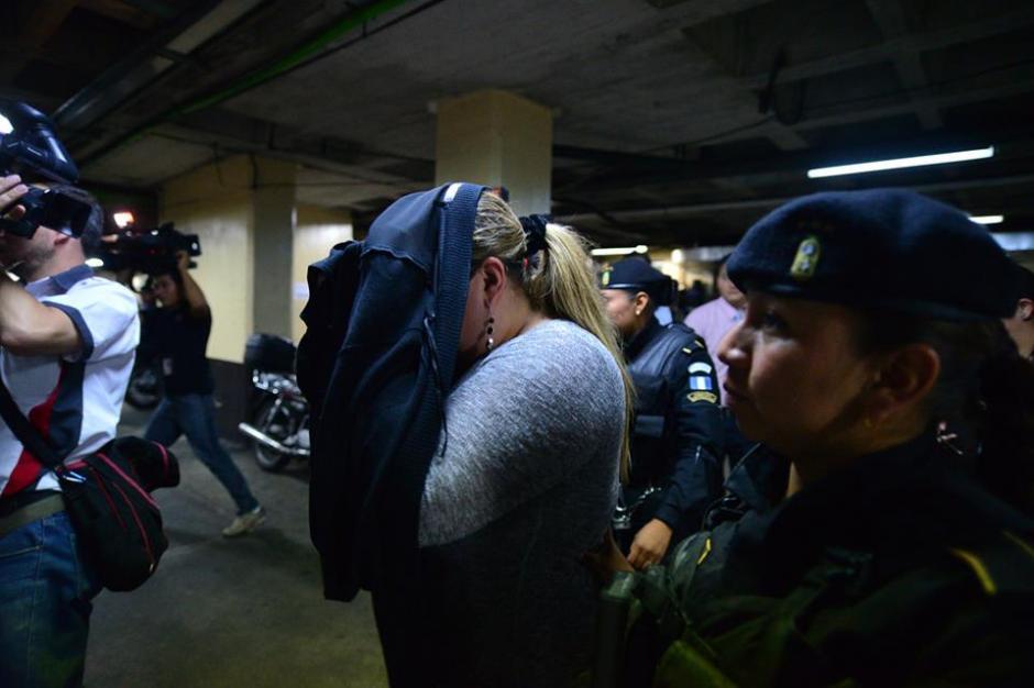 Al llgar a Tribunales, María Castañeda Torres intentó cubrirse el rostro para evitar las fotografías. (Foto: Wilder López/Soy502)