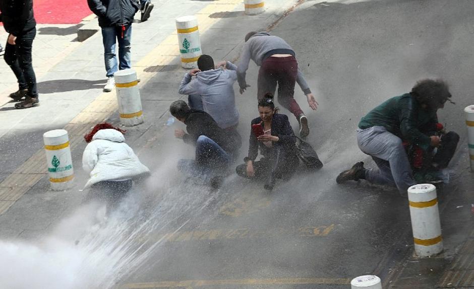 Policía antidisturbios de Estambul, una de las principales ciudades de Turquía lanza cañones de agua a manifestantes que intentaron llegar a la plaza principal durante la marcha del día del trabajo. (Foto:AFP)