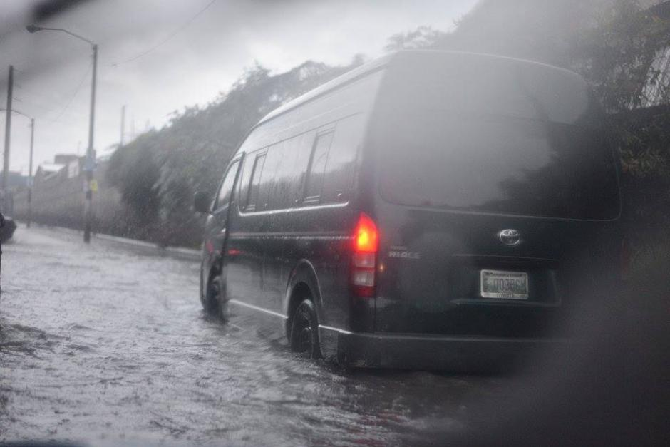 La acumulación de agua provocó tráfico lento en la Calzada Atanasio Tzul en la zona 12. (Foto: Wilder López/Soy502)