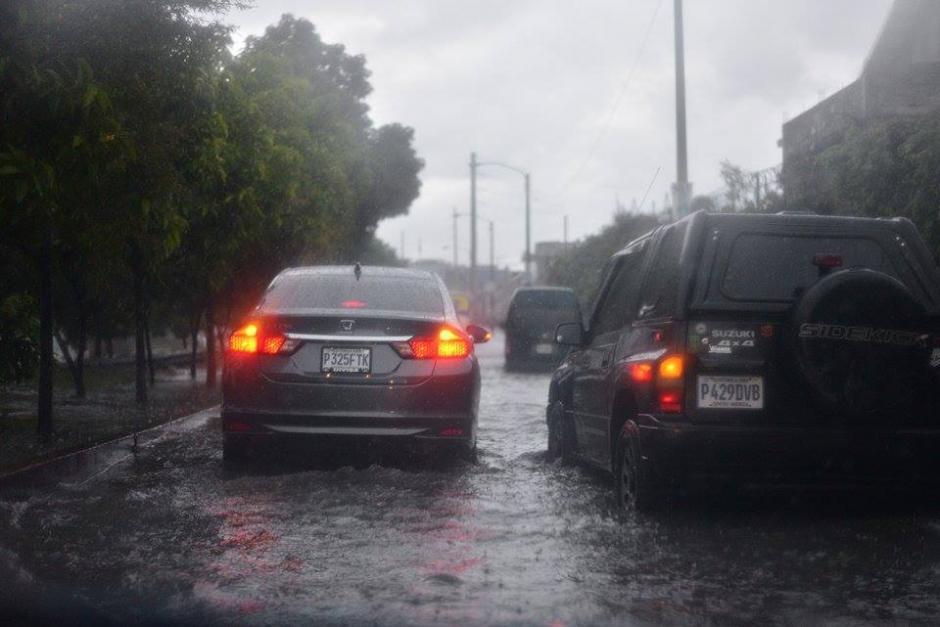 Por casi 25 minutos las fuertes lluvias provocaron caos vial en distintos puntos de la ciudad. (Foto: Wilder López/Soy502)