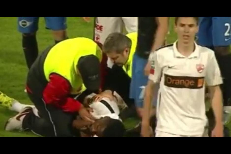 El futbolista, Patrick Ekeng, muere de un paro cardíaco en pleno partido en Rumania. (Imagen: Captura YouTube)