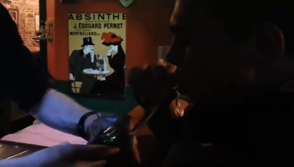El hombre acerca su boca a la pipa. (Captura de pantalla: YouTube)