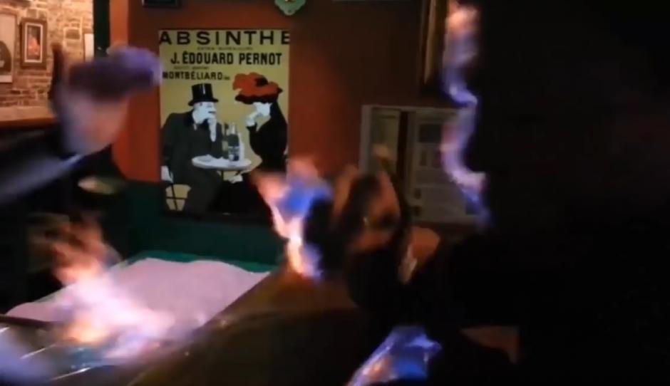 De inmediato el fuego se extiende, (Captura de pantalla: YouTube)