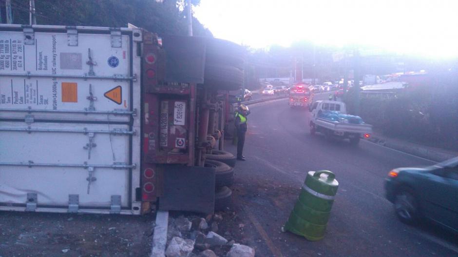 Un tráiler volcó en el kilómetro 17 de la ruta Interamericana y provoca largas filas de vehículos. (Foto: @SantosDalia)