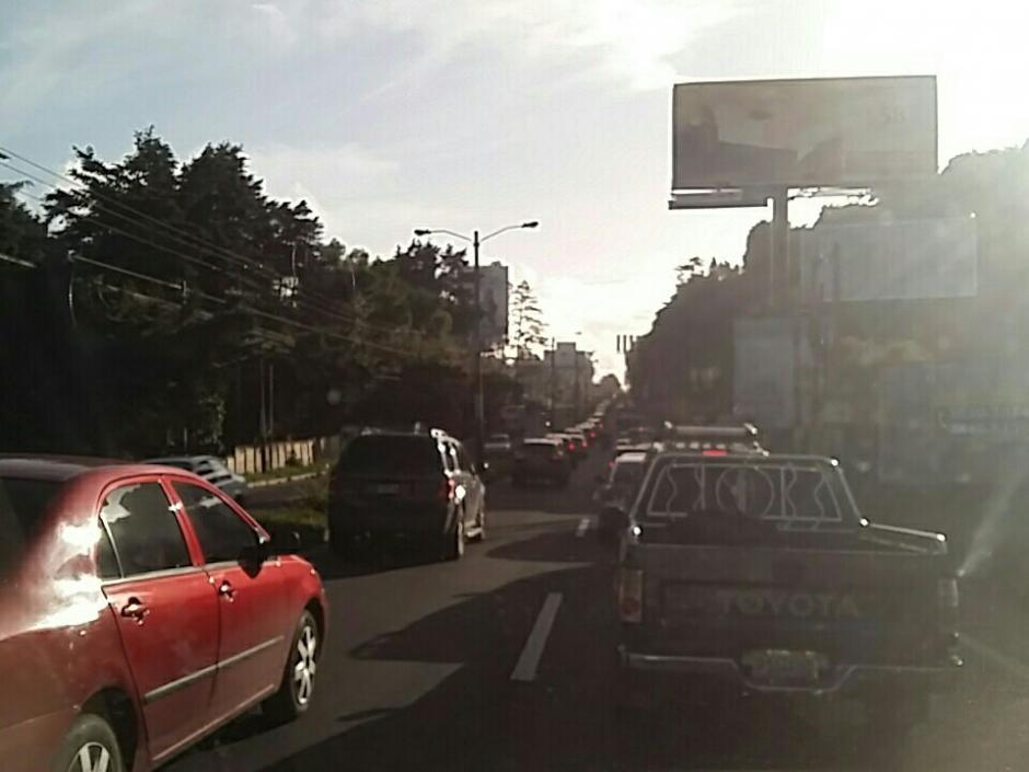 El la carretera hacia El Salvador también se reportan largas filas de vehículos. (Foto: @RchavarriaE)
