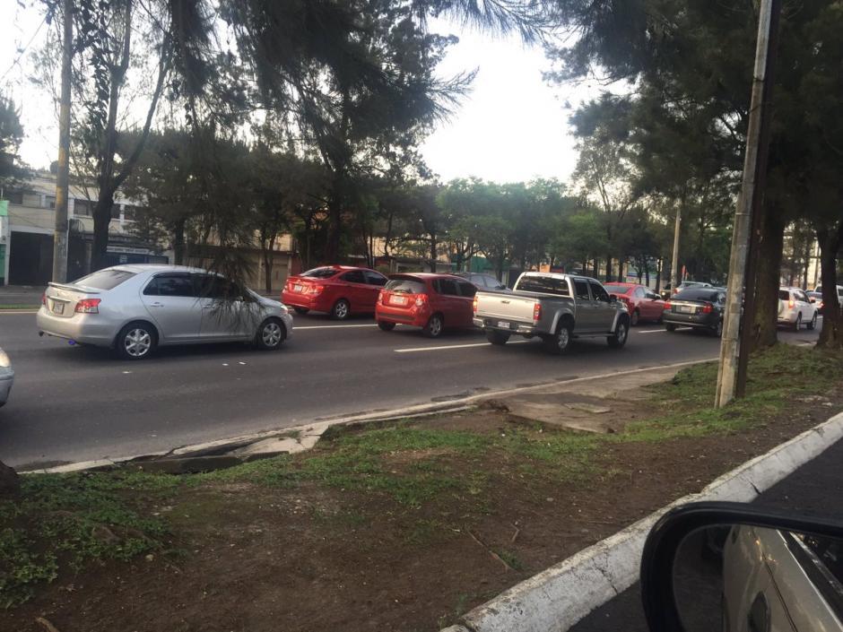 Los usuarios de redes sociales reportaron fuerte carga vehicular en el Periférico de Norte a Sur. (Foto: @chalytroquer)