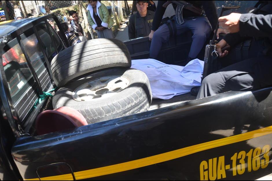 Momento en que sale el cuerpo de Francisco Arana de Fraijanes I. (Foto: Archivo/Soy502)