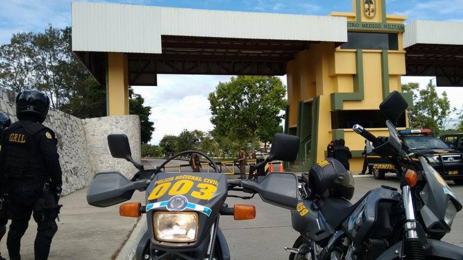 Este grupo de motoristas de reacción rápida de la PNC esperó desde temprano en el hospital militar para trasladar a Baldetti. (Foto: Wilder López/Soy502)