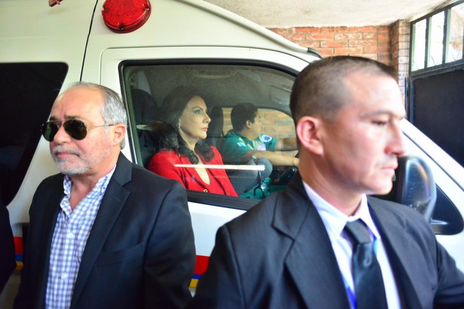 Zury Ríos, candidata presidencial e hija de Ríos Montt, acompañó a su padre en la ambulancia. (Foto: Jesús Alfonso/Soy502)