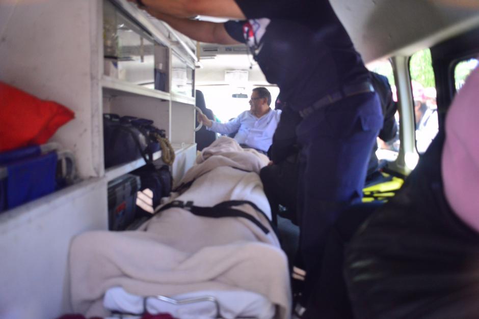 Momento en que bajan a Ríos Montt de la ambulancia.(Foto: Jesús Alfonso/Soy502)