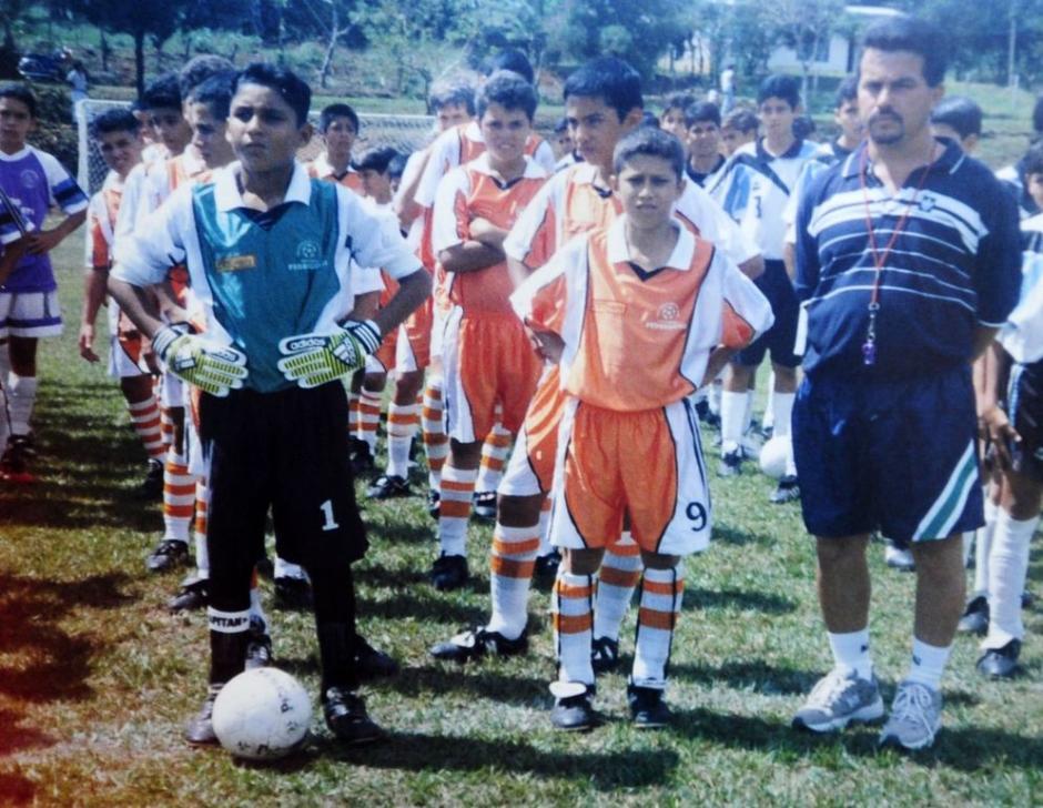 Keylor junto a compañeros y su entrenador de la escuela de fútbol Pedregoso de Pérez Zeledón. (Foto: La Nación)