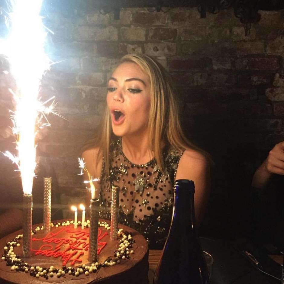 Pastel, bebidas y baile formaron parte de la celebración de Kate Upton. (Foto: trendencias.com)