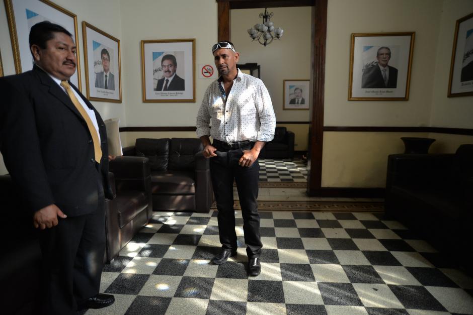 """Entre dos y tres """"policías municipales"""" acompañan en todo momento al jefe edil. (Foto: Wilder López/Soy502)"""