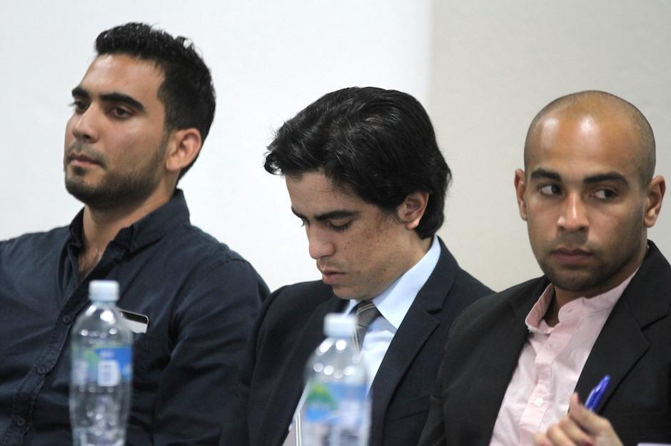 Víctor Ayala y Alexander Robinson junto al abogado de Alejandro Díaz. (Foto: Luis Barrios/Soy502)