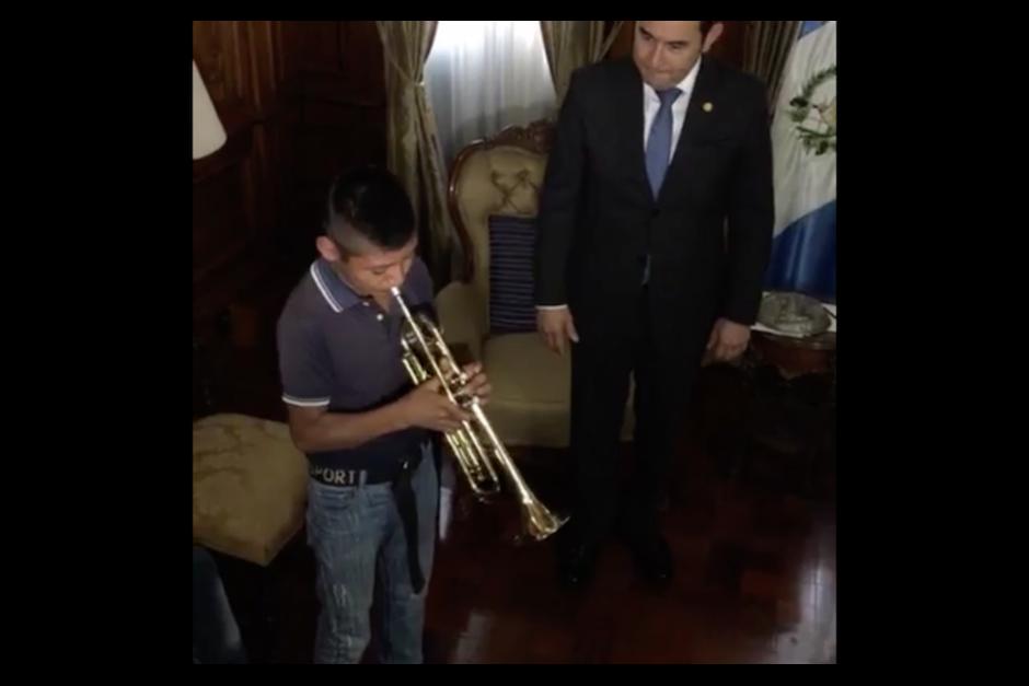 El viernes pasado el mandatario transmitió en vivo la entrega de instrumentos a los menores que creía que eran los del video difundido en redes sociales. (Foto: Captura de Campaña)