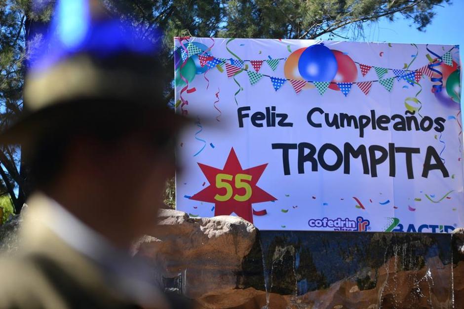 Una manta anunciaba la celebración del cumpleaños de Trompita. (Foto: Wilder López/Soy502)