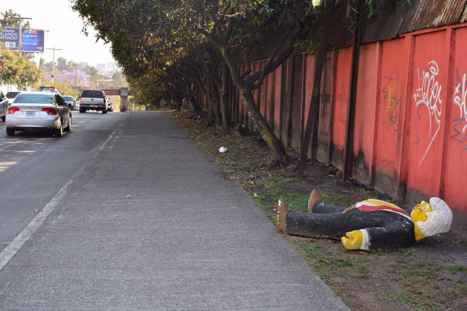 La figura de Trump borracho causa sensación en conductores y peatones. (Foto: Jesús Alfonso/Soy502)