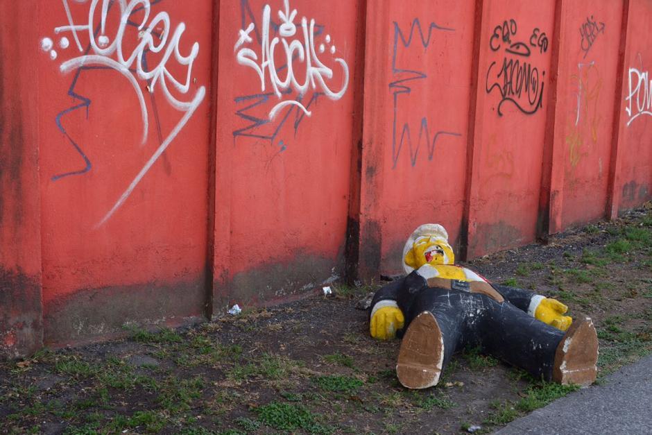 El dueño de la escultura hecha de cemento aprobó que fuera dejada en la calle. (Foto: Jesús Alfonso/Soy502)