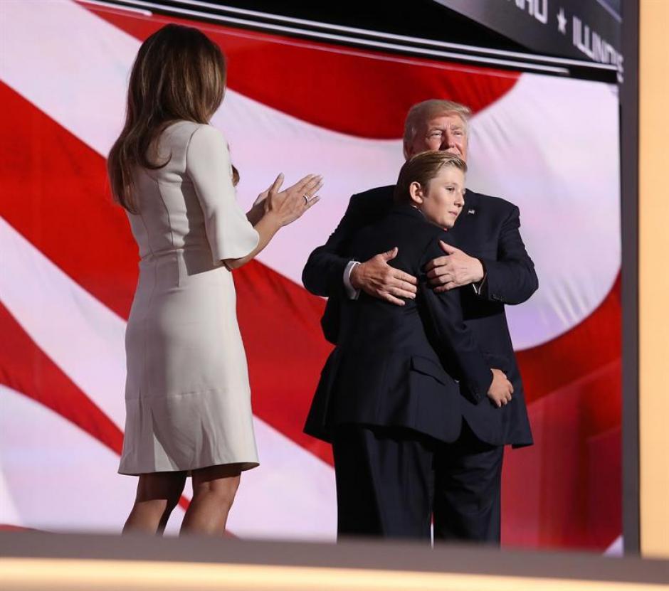 El candidato republicano a la presidencia, Donald Trump, su esposa, Melania y su hijo, Barron. (Foto: Efe)