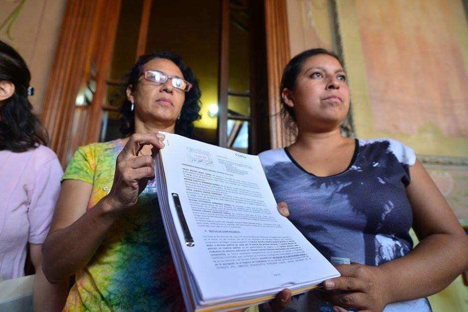 Las organizaciones civiles entregaron un petitorio al TSE para que se anule a las agrupaciones políticas por sobrepaso en el gasto de campaña. (Foto: Wilder López/Soy502)