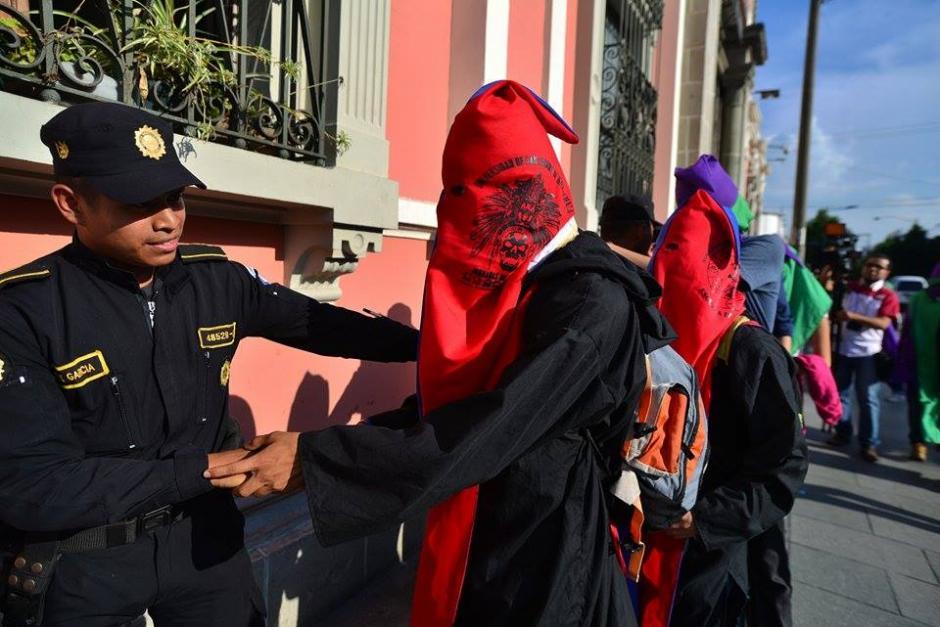 Un grupo de estudiantes de la Universidad de San Carlos también apoyó la iniciativa para cancelar a los partidos. (Foto: Wilder López/Soy502)