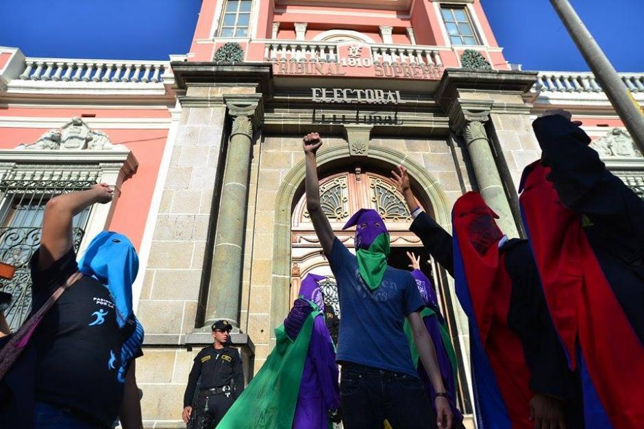 Los encapuchados de forma pacífica realizaron la petición ante el Tribunal Supremo Electoral. (Foto: Wilder López/Soy502)