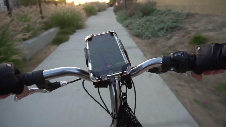 Consigue un soporte para tu bicicleta y suma kilómetros para que los huevos de Pokémon Go evolucionen. (Foto: Gizmodo)