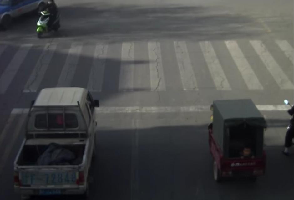 Un pequeño vehículo espera en una esquina. (Captura de pantalla: YouTube/RT)