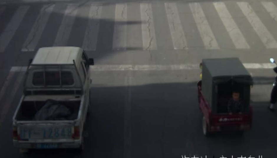 El TucTuc arranca bruscamente y el niño se cae. (Captura de pantalla: YouTube/RT)