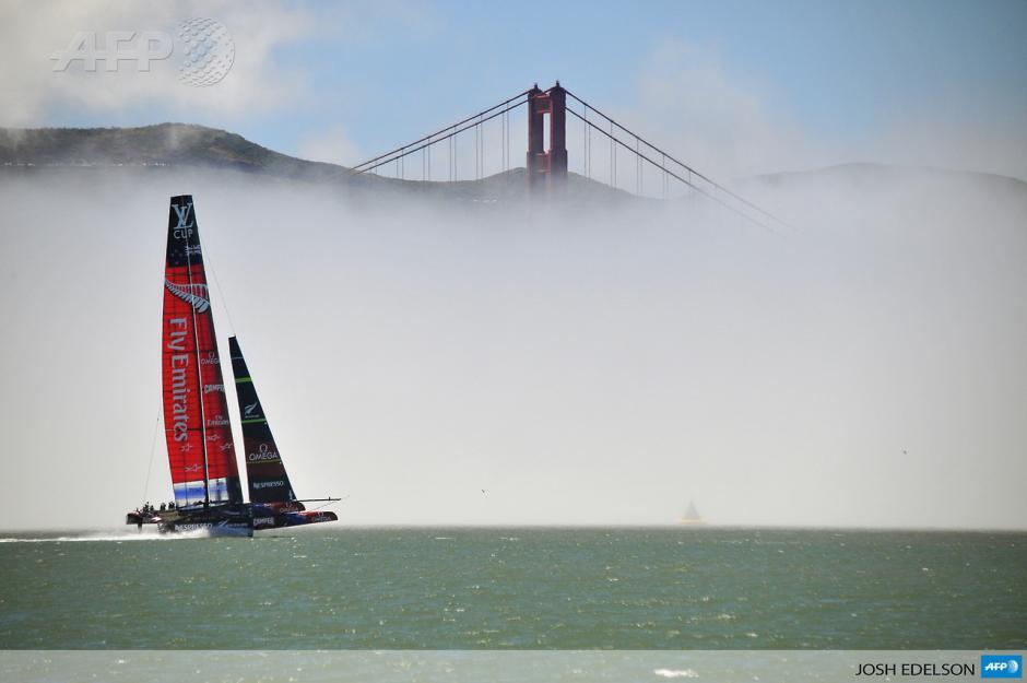 El equipo Emiratos navegaensu yateAC-72 ypasa por el puente Golden Gate, enel curso de preparación para la próxima competición de la Copa América en la bahía de San Franciscoen junio 26, 2013.(Foto:AFP/Josh Edelson)