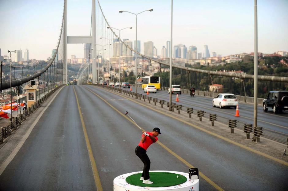 Elgolfista Tiger Woods golpea una pelota mientras posa durante un evento para promover el próximo torneo de Turkish Airlines, en el Puente del Bósforo que une los lados europeo y asiático de la ciudad, en Estambul, el 5 de noviembre de 2013. Woods está en Turquía para asistir al torneo, que tendrá lugar en Antalya, Turquía meridional, entre el 07 al 10 noviembre.(foto:AFP)