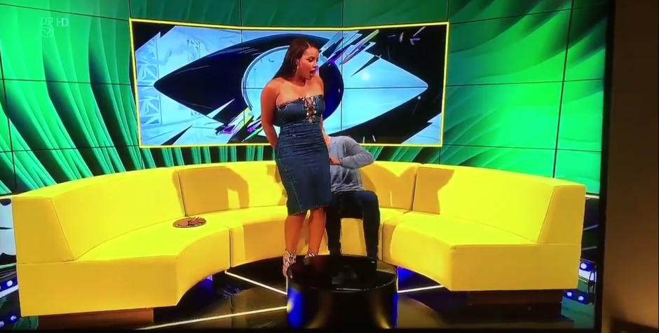 El presentador revisa hasta donde se rompió el vestido. (Captura de pantalla: Logic8/YouTube)