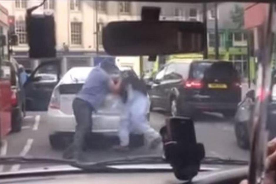 Los dos taxistas comienzan una pelea en medio del centro de Londres. (Foto: Standard)