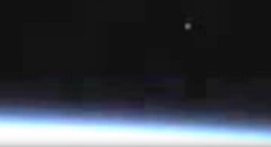 Un objeto luminoso se observó durante una transmisión en vivo de la NASA. (Captura de pantalla: Streetcap1/YouTube)