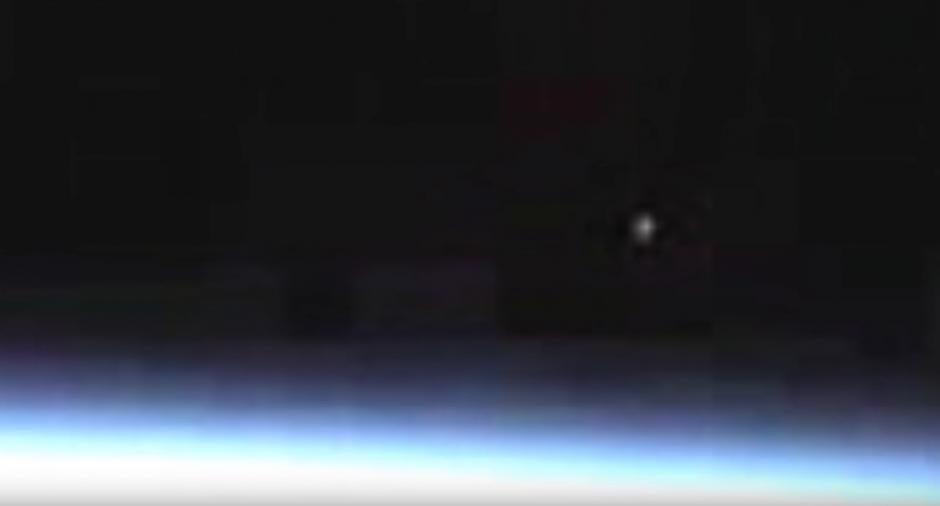 Algunos aseguran que se trata de una nave extraterrestre y otros señalan un meteoro. (Captura de pantalla: Streetcap1/YouTube)