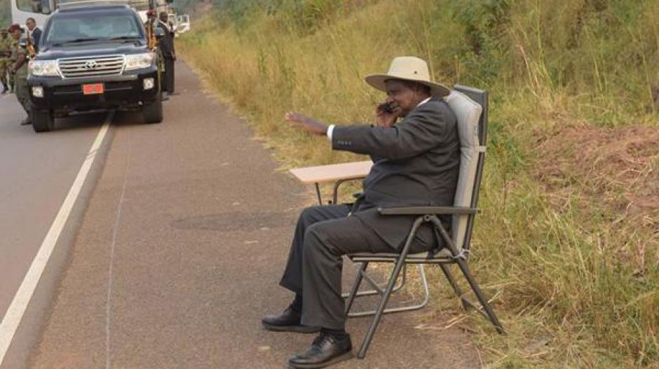 Se desconoce con quien hablaba el mandatario de Uganda en medio de la carretera.  (Foto: www.infobae.com)