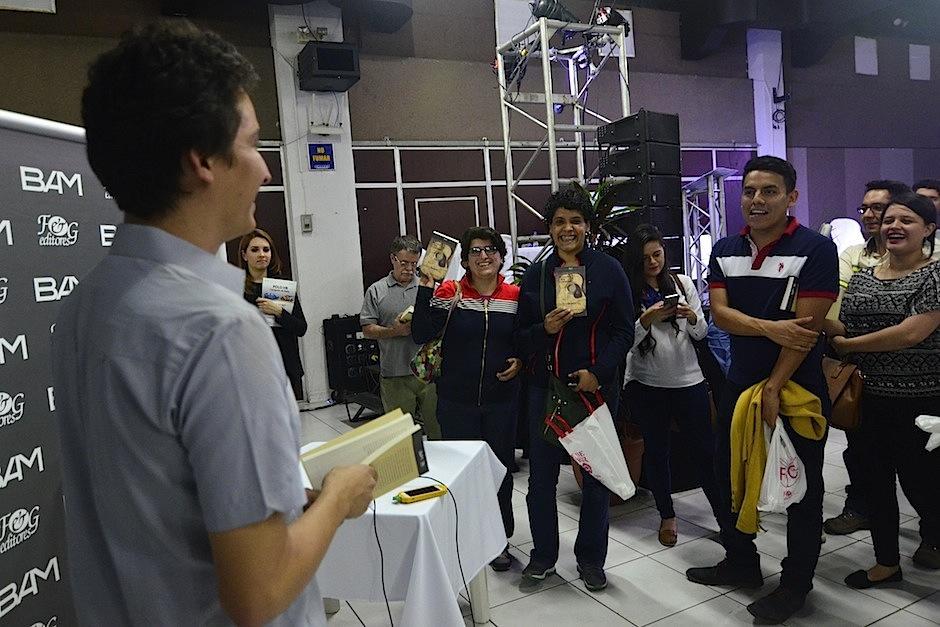 Carlos firmó algunos ejemplares y fue ovacionado por el público. (Foto: Selene Mejía/Soy502)