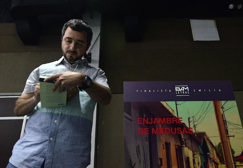 Julio Renato Bueso presentó Enjambre de abejas. (Foto: Selene Mejía/Soy502)