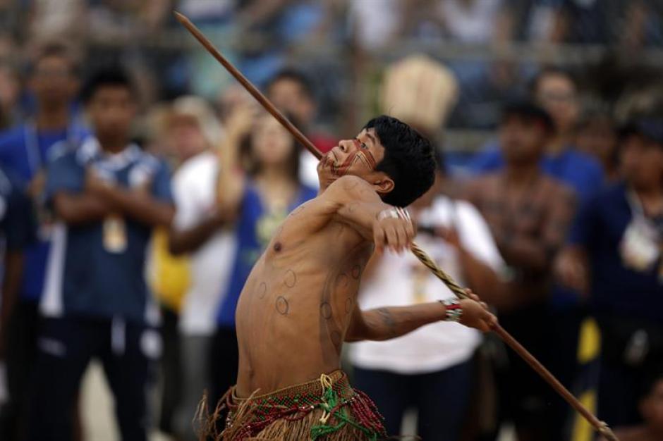 Un integrante de la etnia brasileña Pataxo compite en lanzamiento de lanza. (Foto: EFE)