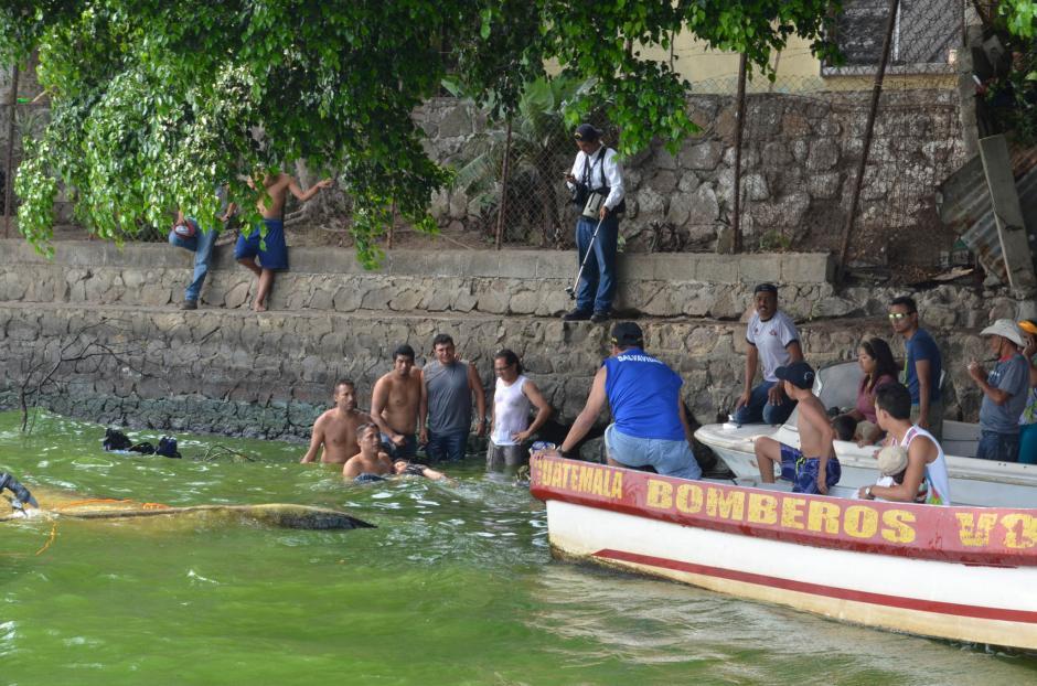 Las otras personas que se movilizaban en otras lanchas dieron su ayuda. (Foto: Juan Torres/Soy502)