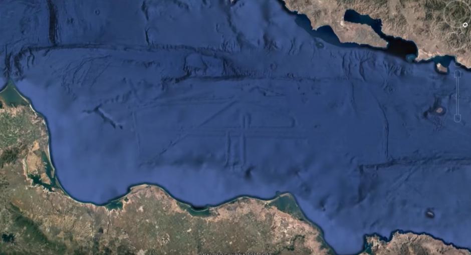 Esta persona usa Google Earth para demostrar lo que descubrió. (Captura de pantalla: MEXICOGEEK/YouTube)
