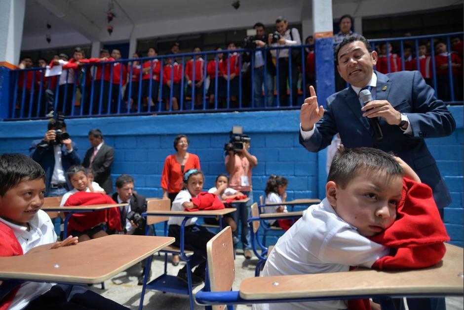 Los niños lucían desesperados por el largo discurso del Presidente bajo el sol. (Foto: Wilder López/Soy502)