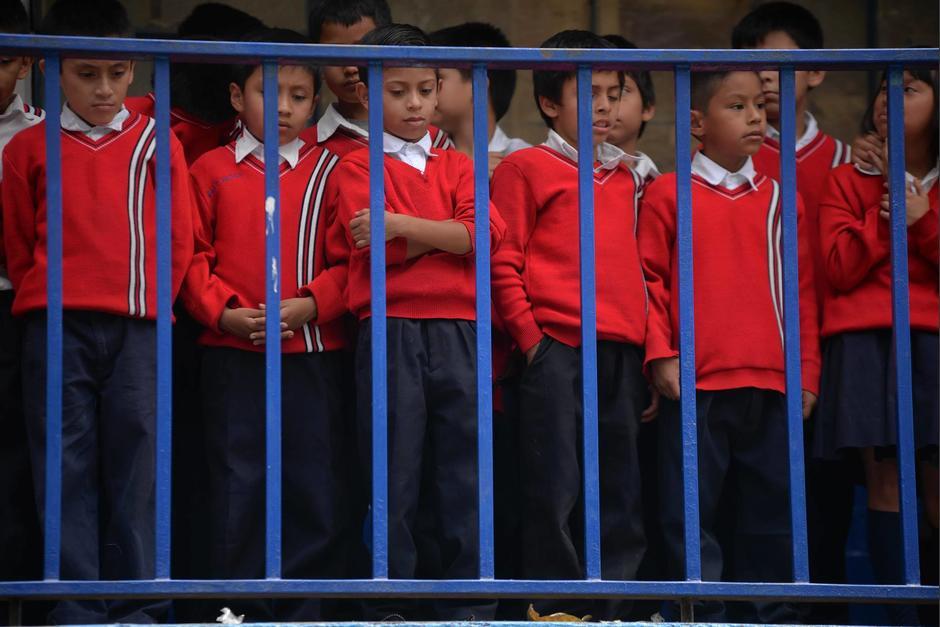 Otros niños estaban en la sombra, pero parados. (Foto: Wilder López/Soy502)