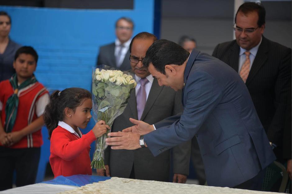 Al inicio, una niña se mostró complacida por ver al Presidente. (Foto: Wilder López/Soy502)