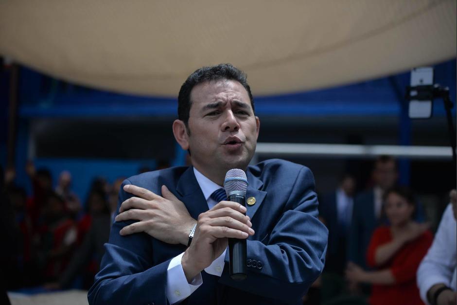 El presidente Jimmy Morales daba su discurso bajo un toldo. (Foto: Wilder López/Soy502)