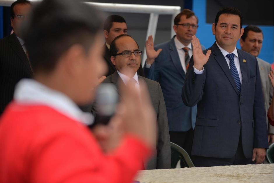 La jura a la bandera, señal característica de Jimmy Morales, no podía faltar. (Foto: Wilder López/Soy502)